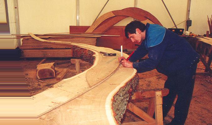 En 2002 en atelier, le tracé permettra de tailler la pièce de bois à partir du gabarit
