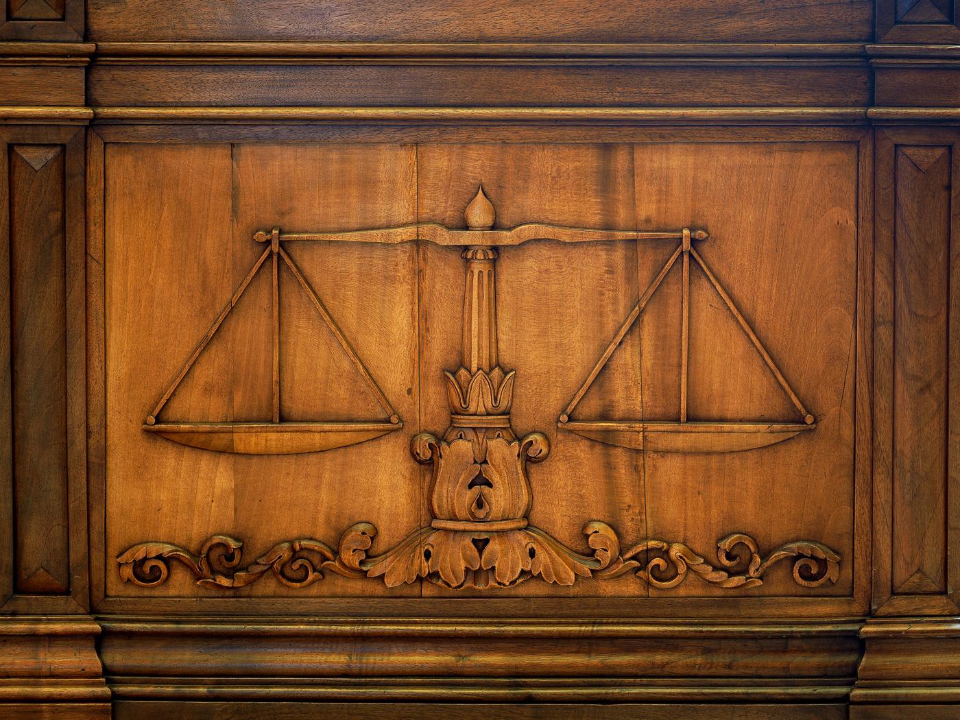 restauration boiseries pupitre palais de justice lyon