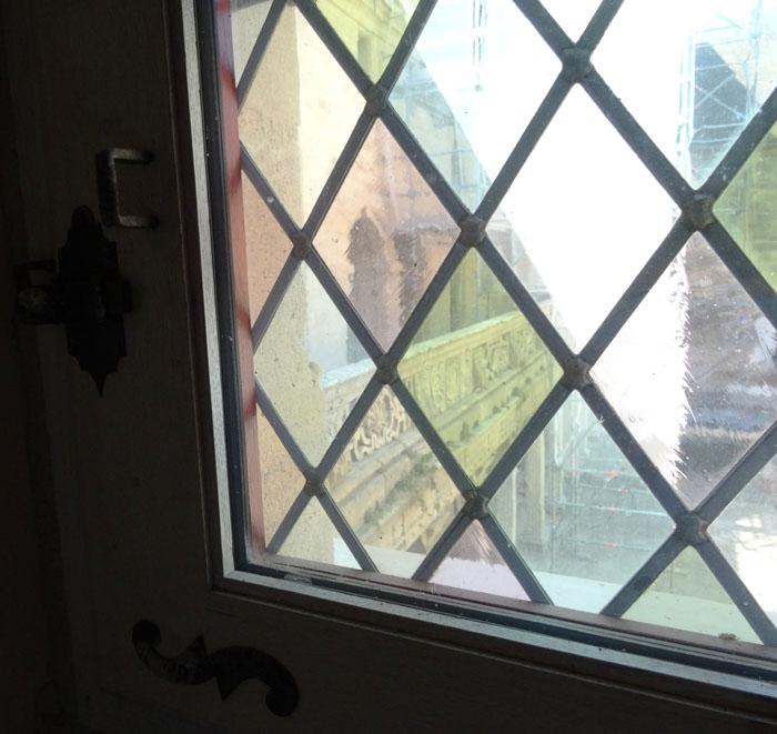 Détail d'une fenêtre portefeuille au collège Gilles de Trèves en Lorraine