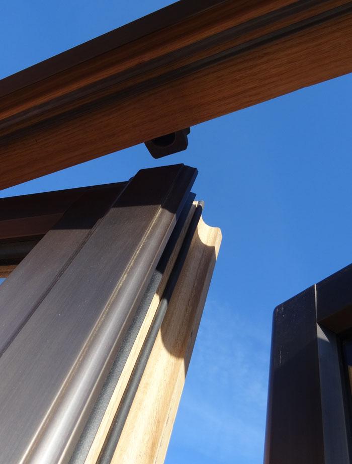 Fenêtre bois bronze à mouton et gueule de loup avec double joint.