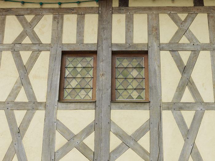 Fenêtre d'une maison à pan de bois contrisson