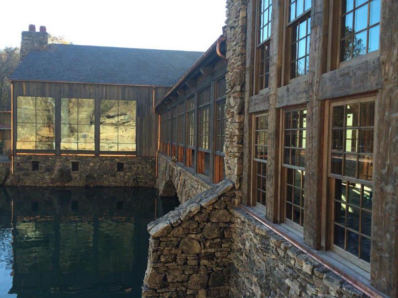Fenêtre mixte bois-bronze dans une résidence aux Etats-Unis