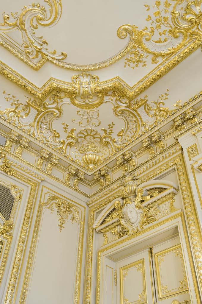 Restauration des boiseries de l'hôtel Shangri-La à Paris